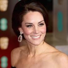 Bei den BAFTAs im Februar 2017 sieht man Herzogin Catherine ein letztes Mal mit den Juwelen-Ohrringen, die - so spekuliert man - ein Hochzeitsgeschenk gewesen sein sollen, bevor sie damit bei der Feier von Prinz Charles am 14. November auftaucht.