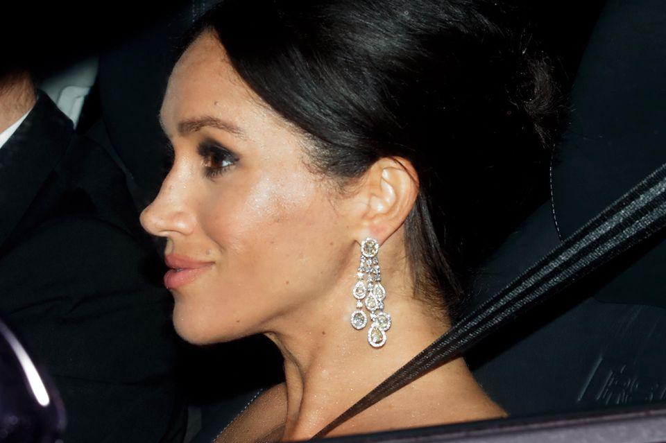 An Meghans Ohren funkeln mehrere Tausend Euro, als sie sich auf den Weg zu Prinz Charles' 70. Geburtstagsfeier macht. Ihre Ohrringe bestehen aus großen gelben sowie kleinen weißen Diamanten.