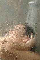 Frau unter der Dusche