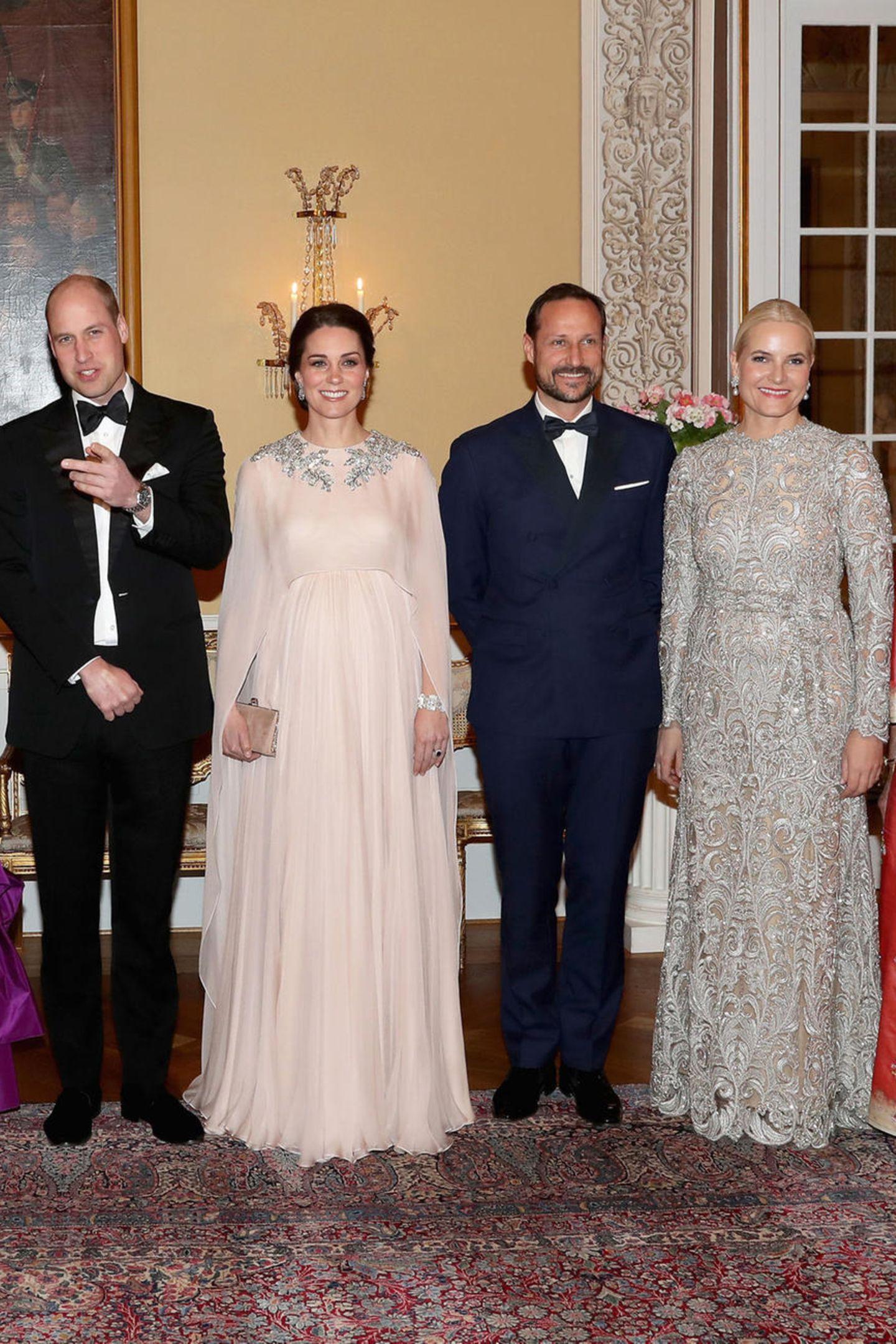 Kate und William, die selbstverständlich auch beim großen Galadinner zu Prinz Charles Geburtstaganwesend waren, kennen Mette-Marits Glamour-Kleid also schon. Ob dieKronprinzessin diese Tatsache bedacht hat?