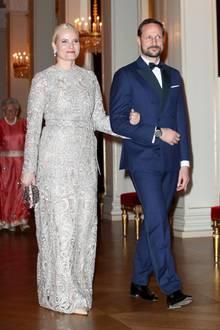 Kronprinzessin Mette-Marit trug dasselbe Kleid nämlich bereits Anfang Februar 2018 zu einem Dinner im Rahmen des offiziellen Besuch von Herzogin Catherine und Prinz William in Norwegen.