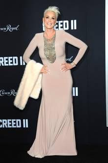 """Brigitte Nielsen zeigt sich auf der Premiere von """"Creed 2"""" in einem bodenlangen Abendkleid in hellrosa. Die enganliegende Robe mit langen Ärmeln betont ihre schmale Silhouette perfekt. Zu dem Kleid kombiniert die Schauspielerin eine helle Stola, vermutlich aus unechtem Fell - Nielsen unterstützt dieTierschutz-Organisation """"Peta""""."""