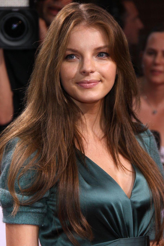 2009  In den vergangen Jahren hat Yvonne Catterfeld ihre Haare wachsen lassen. Nun lockern Stufen die Frisur auf und zaubern ihr ein frisches Aussehen.