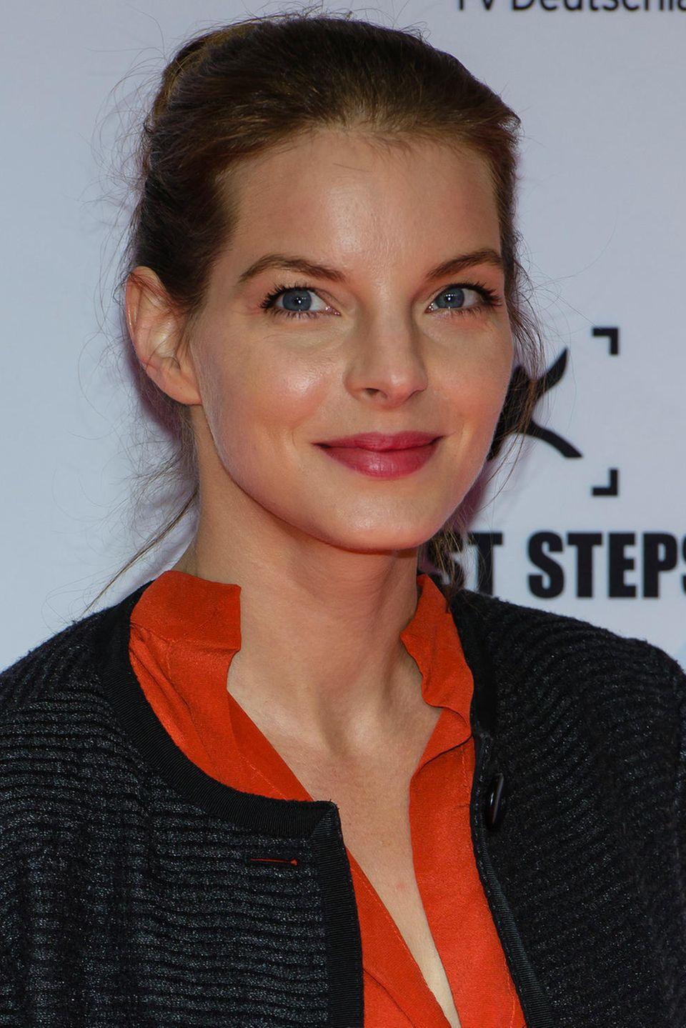 2013  Die dunklen Haare zum Dutt zurückgenommen, wirkt Yvonne Catterfeld mit einem Mal viel seriöser. Der dezente Lippenstift unterstreicht die Lady-Attitude.