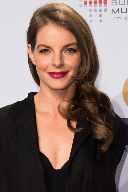 2016  Mit seitlich eingedrehtem Haar und dunkelrotem Lippenstift wirkt Yvonne Catterfeld sehr elegant. Wow!