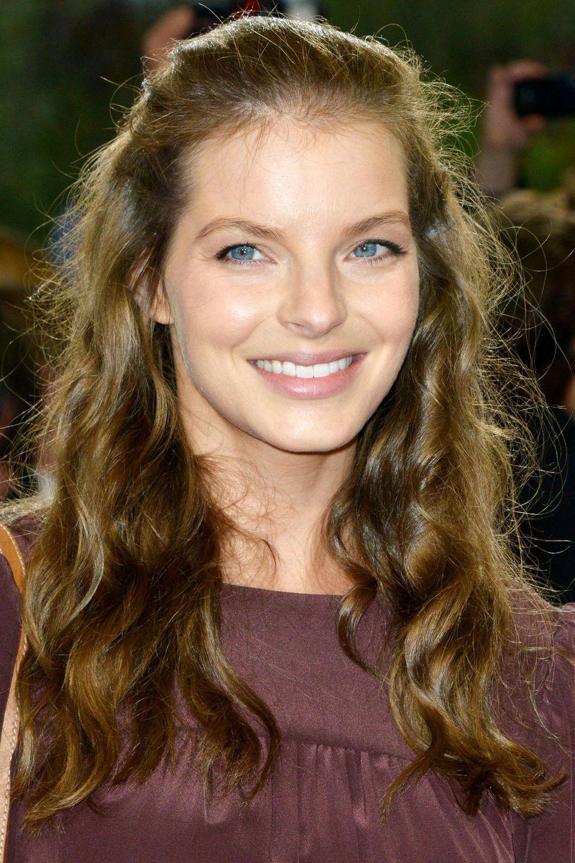 2012  Lange bleibt es nicht bei der hellen Farbe. Yvonne Catterfeld switcht zurück zu brünettem Haar. Ein leichter blonder Schimmer bliebt anfangs jedoch.