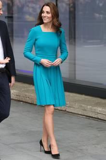 Momentan scheint Herzogin Catherine in ihrer Rolle als Recycling-Royal aufzugehen. Bei so gut wie jedem Termin erscheint sie in einem Kleid, das sie schon länger in ihrem Schrank hängen hat.  So auch an dem Tag nach Prinz Charles' großer Geburtstagsfeier. Als sie zu dem Sender BBC geht, trägt sie zum dritten Mal ein Kleid von Emilia Wickstead und scheint darin schöner als jemals zuvor.