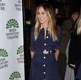 """Sarah Jessica Parker sah man im April in dem beliebten Kleid: Bei der Premiere des Films """"The Seafarer"""" setzt die Schauspielerin ebenfalls auf Punkte. Passend dazu trägt sie einen Taillengürtel und spitze weiße Pumps. Was auffällt: Parker hat das Kleid deutlich kürzen lassen."""