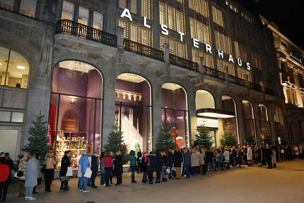 Großer Andrang vor demHaupteingang des Alsterhausesam Jungfernstieg.