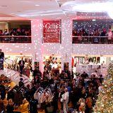 Rund 2.000Gäste besuchten die GALA Christmas Shopping Night und shoppten im weihnachtlich geschmückten Alsterhaus.