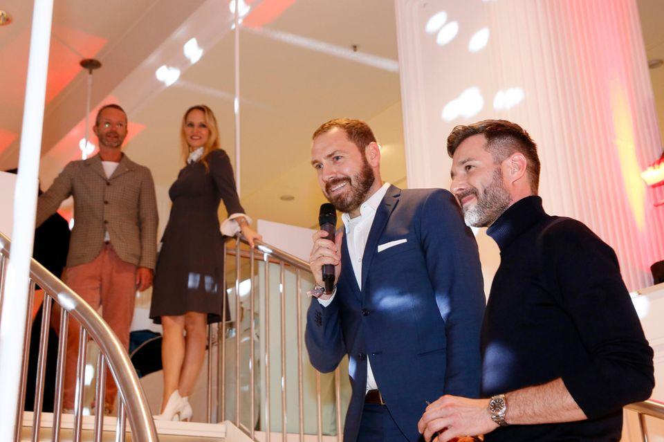 Andreas Kuffner, Interims Store Manager Alsterhaus, mit TV-Star Jochen Schropp, der als Moderator durch das Programm derGALA Christmas Shopping Night führt.