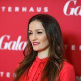 Das Outfit von Boxerin Ina Menzer passt farblich perfekt zur GALA-Fotowand auf dem Red Carpet.