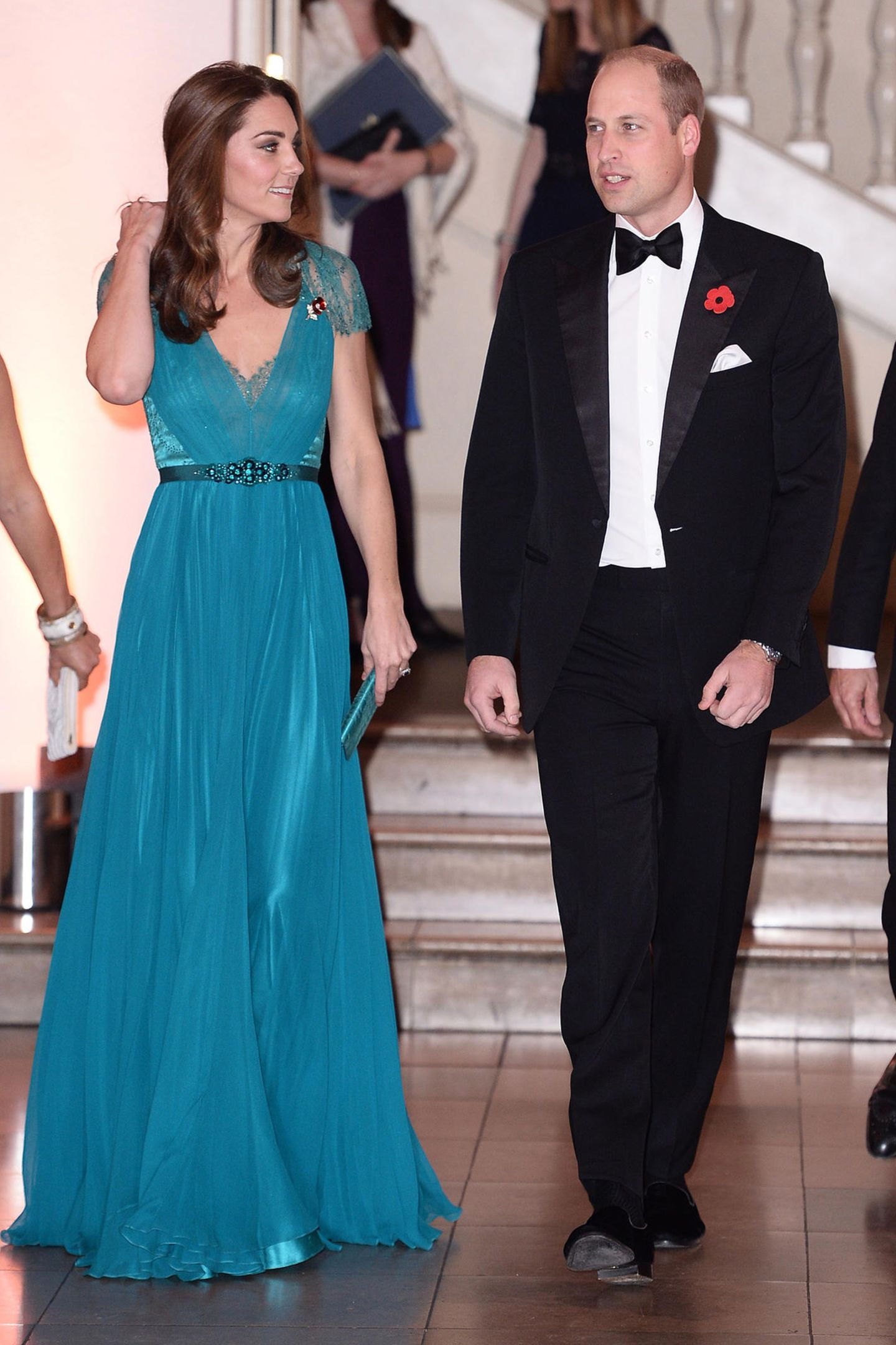 Zu der Verleihung des Tusk Conservation Awards 2018 erscheint Herzogin Catherine in einem türkisfarbenen Kleid von Jenny Packham. Doch es ist nicht das erste Mal, dass Kate dieses Abendkleid trägt. Bereits vor sechs Jahren, 2012, trug sie es bereits. Ein Jahr später, 2013, trug auch ein anderer Royal diesen Look ...