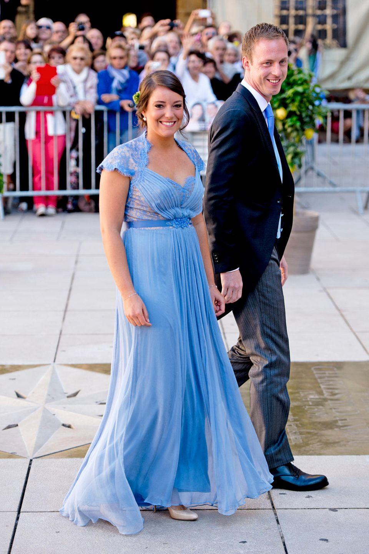 Prinzessin Alexandra von Luxemburg trug das Kleid im September 2013 auf der Hochzeit ihres Bruders Prinz Felix mit Claire Lademacher. Alexandras Modell ist jedoch mehr hellblau als türkis.