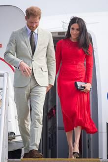 In Tonga zeigte sich Herzogin Meghan in einem knallroten Kleid. Offenbar ein Styling-Tipp ihrer Freundin Jessica Mulroney.