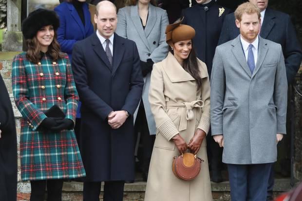 Im Jahre 2017 durfte Herzogin Meghan, damals noch Meghan Markle, zum ersten Mal an den Weihnachtsfeierlichkeiten der königlichen Familie teilnehmen. Für den Gottesdienst wählte sie einen kamelfarbenen Mantel.