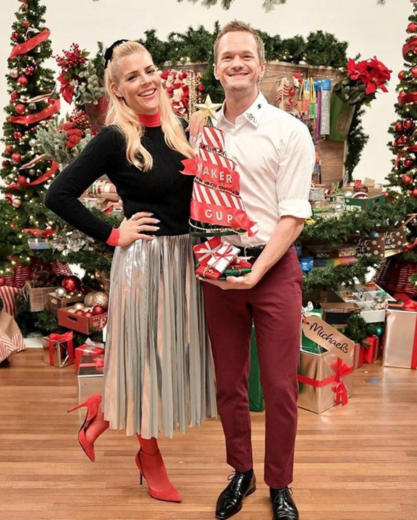 """Busy Philipps und Neil Patrick Harris kommen beim """"Michaels Stores""""-Event in Weihnachtsstimmung."""