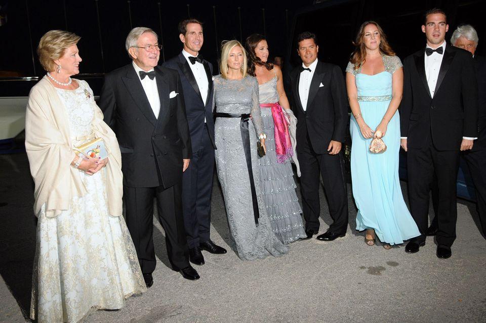 """Die griechischen """"Royals"""" (v.l.n.r.): Ex-KöniginAnne-Marie, Ex-König Konstantin, PrinzPavlos, Prinz Marie-Chantal, Prinzessin Alexia und ihr Ehemann Carlos Morales Quintana, PrinzessinTheodora und Prinz Philippos"""