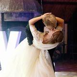 Ein Jahr nach ihrem Kennenlernen hat das Paar geheiratet! Die kirchliche Trauung fand in Polen, der Heimat der Braut statt. Das darauf folgendem Fest eröffnet das Brautpaar mit dem Hochzeitstanz, der mit einem heißen Kuss endet.