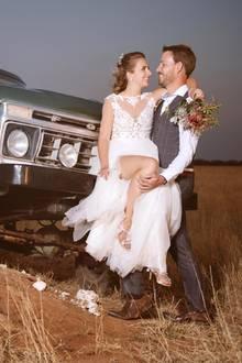 Das glückliche Paar ließ sich in Namibia standesgemäß mit einem Jeep zur Trauung kutschieren. Mit einer Hochzeitskutsche wären sie in der rauen Landschaft wohl nicht weit gekommen.