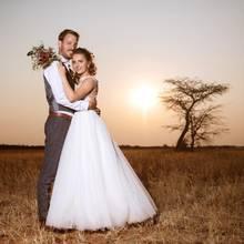 """Das """"Bauer sucht Frau""""-Traumpaar Gerald und Anna haben geheiratet. Auf der Farm von Gerald in Namibia feierte das frisch vermählte Paar gemeinsam mit Geralds Freunden und seiner Verwandtschaft ein großes Fest."""