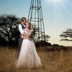 Zärtliche Berührungen in rauer Wildnis. Das Traumpaar Gerald und Anna feierten zusammen mit ihren Familien und Freunden gleich zwei Feiern - eine in Namibia, Geralds Heimat, und eine in Polen, Annas Heimat.