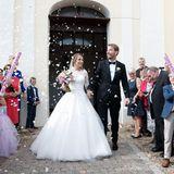 nach der kirchlichen Trauung in Polen lassen sich Gerald und Anna von ihren Hochzeitsgästen feiern.