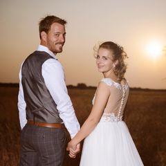 """Der Blick zurück lässt das Paar sicher auch an ihre Anfänge bei der TV-Kuppelshow """"Bauer sucht Frau"""" denken.In der traumhaften Kulisse Namibias posieren Gerald und Anna für ihre offiziellen Hochzeitsfotos - und strahlen dabei überglücklich in die Kamera."""