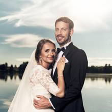 Strahlendes Paar: Gerald und Anna teilen mit der ganzen Welt ihr Glück. Die Braut wird sich besonders darüber freuen, dass sie gleich zwei Brautkleider auswählen konnte. Während das Kleid für ihre Hochzeit in Namibia nur Träger besitzt, wählte sie für die Trauung in Polen ein Kleid mit 3/4-Ärmeln.