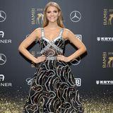 Viviane Geppert setzt mit ihrem Aigner-Kleid auf den Stripe-Trend. Cool!