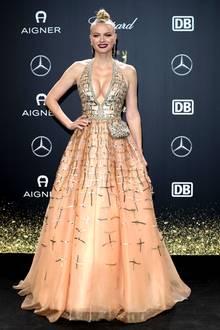 """Aus einem Märchen könnte Franziska Knuppe entsprungen sein. Sie sieht glatt aus wie eine moderne Prinzessin. Auch sie wählt ein Kleid aus der """"Brian Rennie for Vigour vogue""""-Kollektion."""