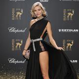 Mandy Bork setzt ihre Modelbeine in Szene. Das geht in ihrem Kleid von Elisabetta Franchi ohne große Umstände.