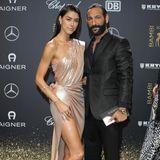 Doppelt Wow: Rebecca Mir und Massimo Sinato legen gemeinsam einen bemerkenswerten Auftritt hin. Ganz besonders ihr Kleid, das ihren Körper in leichten Bahnen umspielt, ist ein Hingucker. Wow, wow!