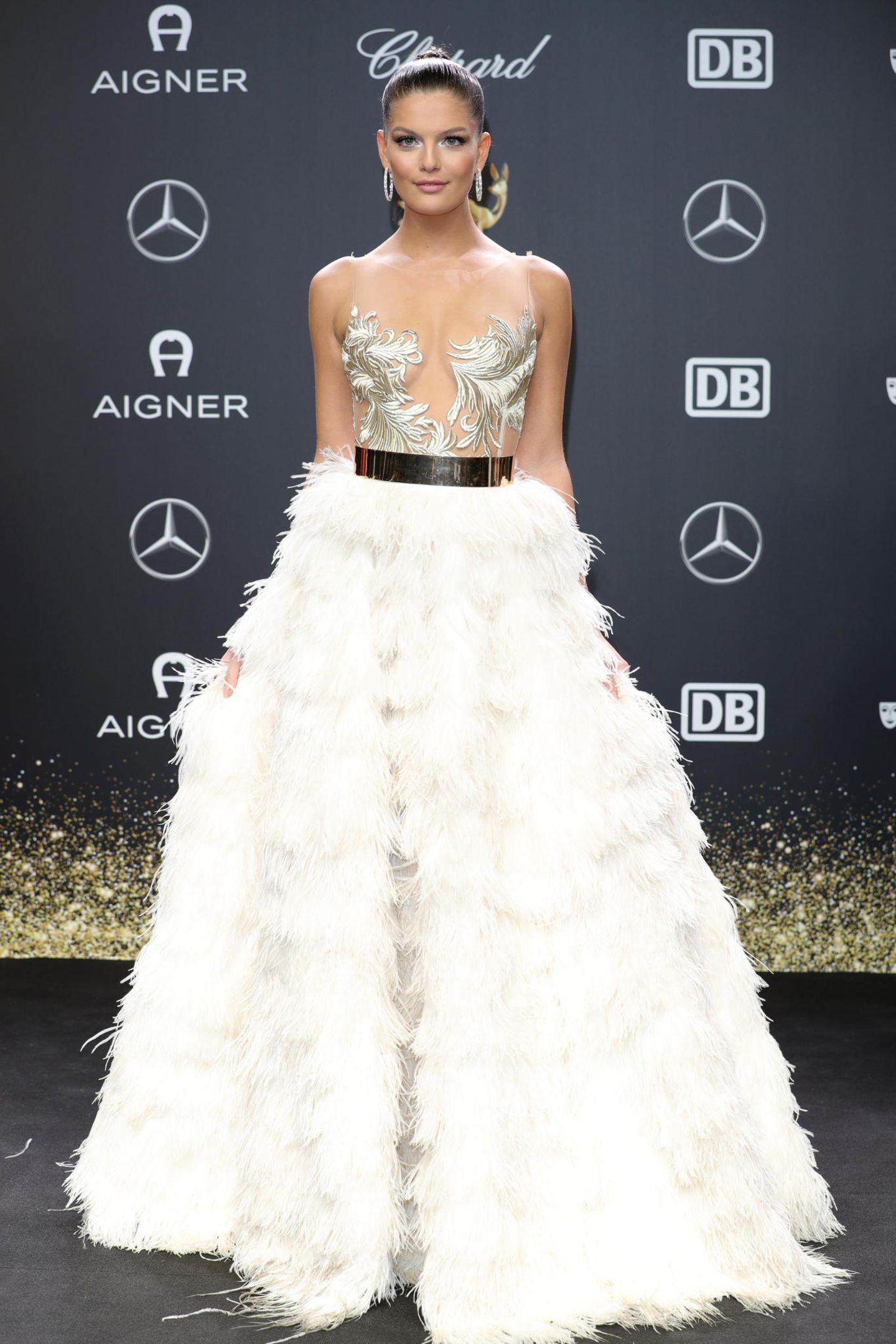 Als Vanessa Fuchs denroten Teppich betritt, kann keiner wegschauen. In ihrer Robe mit ausladendem Federrock könnte sie glatt auch zu den Oscars gehen. Das nennen wir mal filmreif!