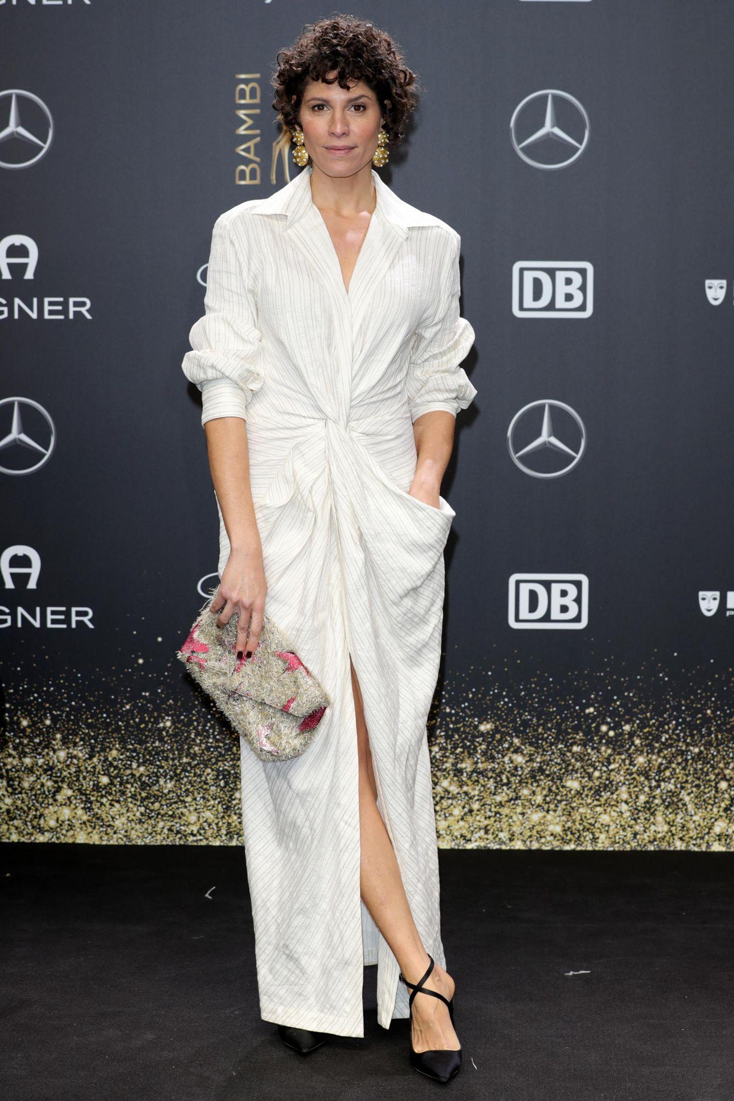Jasmin Gerats Hemdkleid ist durch Taschen und eine gewickelte Knotenfront ziemlich lässig. Elegant wird der Look durch spitze Pumps und Clutch.