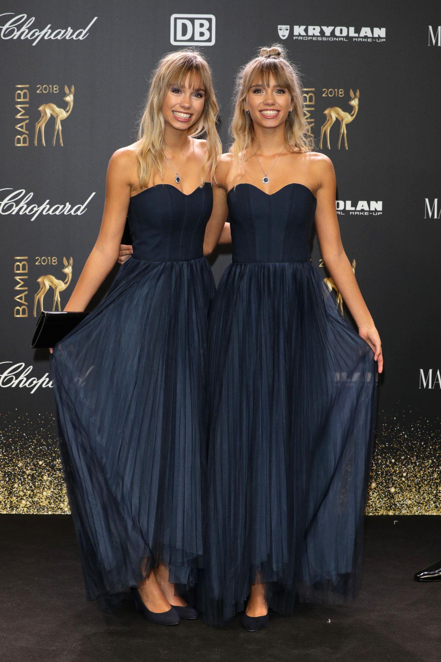 Die Zwillinge Lisa und Lena erscheinen im komplett identischen Look von H&M. Nur an ihrer Frisur kann man sie noch unterscheiden.