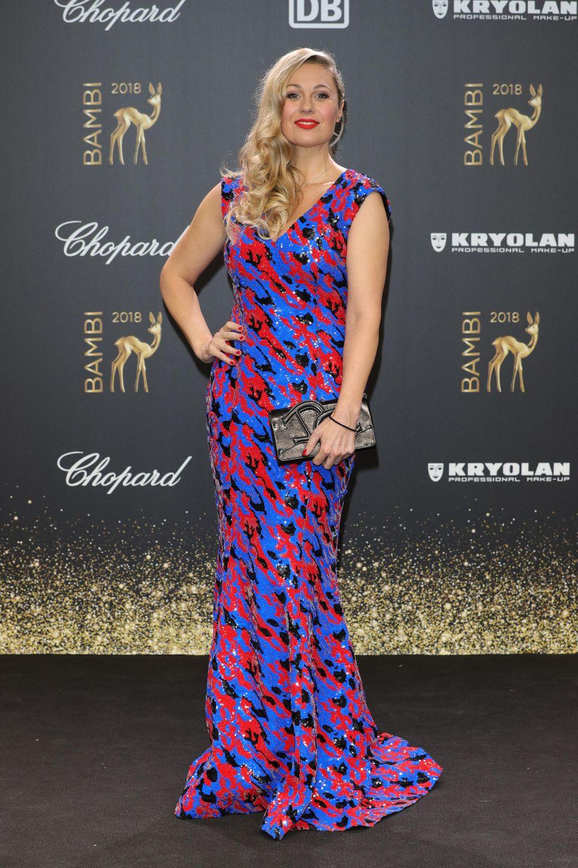Ruth Moschner trägt eines DER Kleider des Abends. Die Maßanfertigung von Aigner ist wirklich unverwechselbar und sticht durch die Farbkombination ins Auge. Toll!