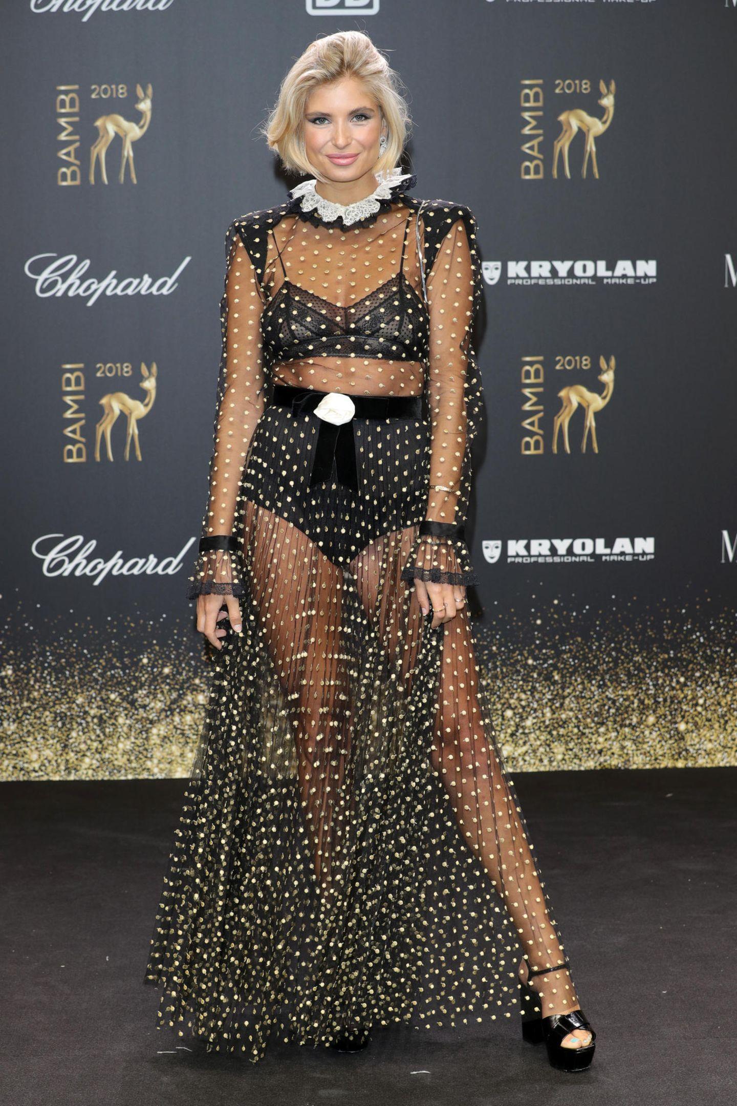 Verspielt und gleichzeitig sexy ist der Look von Xenia Adonts: Ihr Kleidist zwar transparent, wirkt durch den süßen Kragen und den samtigen Gürtel jedoch relativ mädchenhaft.