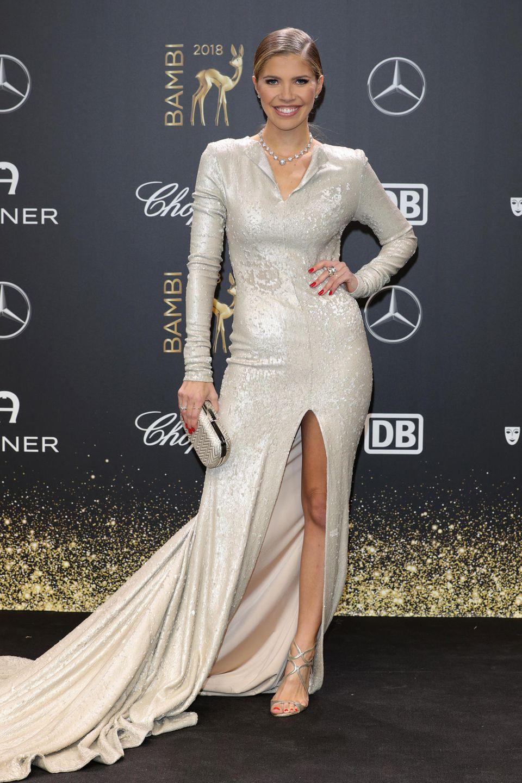 """Victoria Swarovski setzt auf eine Maßanfertigung des Berliner Labels """"Lever Couture"""" und macht darin eine fantastische Figur! Durch den Abend stolzierte Victoria auf Schuhen von Jimmy Choo."""