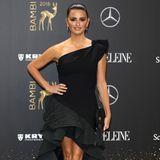 Das kleine Schwarze von Designer Toni Maticevski passt perfekt zu Penelope Cruz. Durch die Volants und den Vokuhila-Schnitt wirkt es wie ein Flamenco-Dress, in dem die Spanierin direkt lostanzen könnte.
