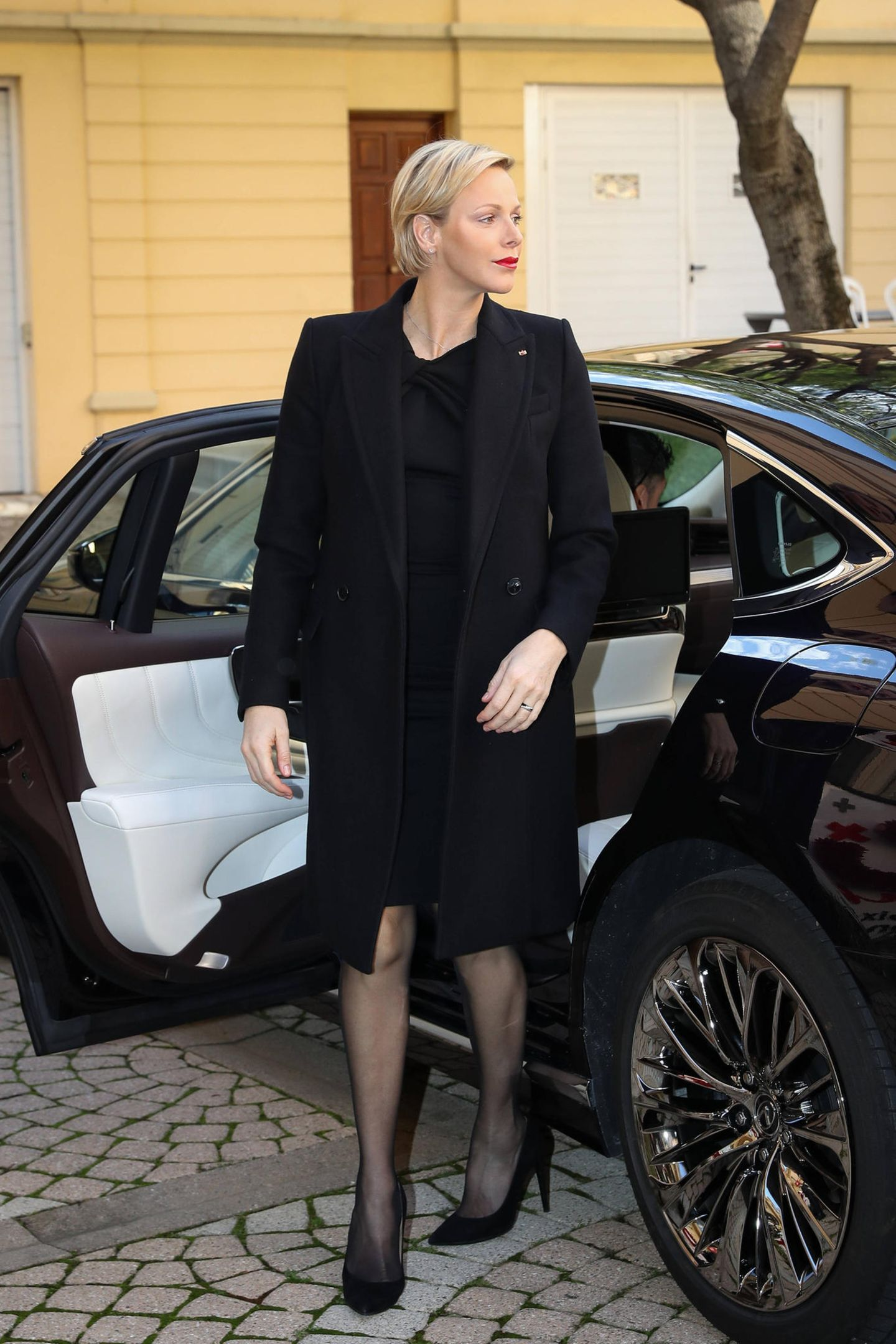 So kann Fürstin Charlène in ihrem komplett schwarzen Look knitterfrei bezaubern.