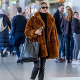 Einen Tag nach den Bambi Awards reist Lena Gercke aus Berlin ab. Am Tegel Airport zeigt sie sich im kuscheligen XXL-Teddymantel, Lederhose und mit weißen Klett-Boots. Ganz schön lässig.