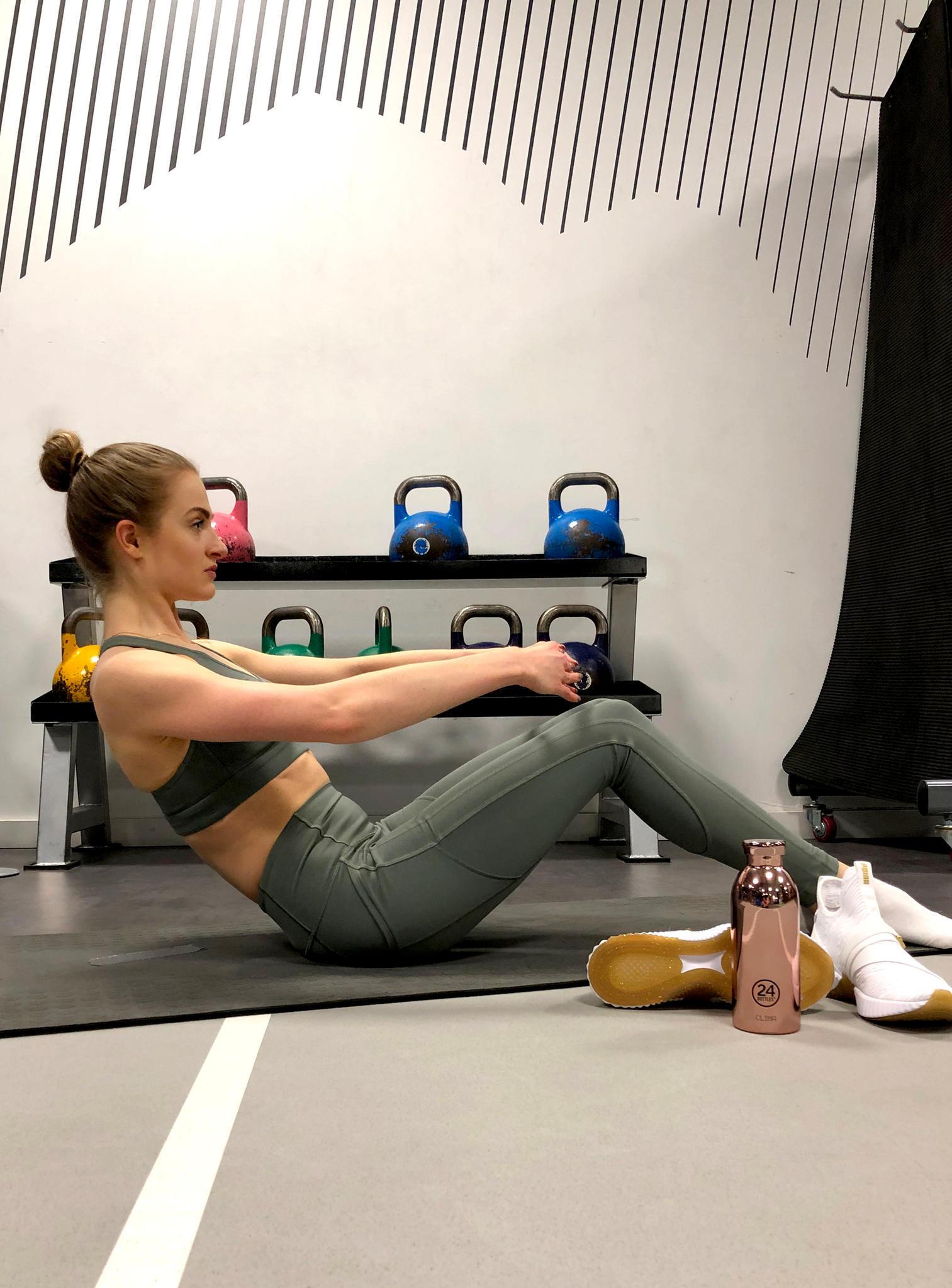 Für den Bauch muss Tabea Sit-Ups à la Ballerina machen. Heißt: Die Arme sind in der ersten Position, die Zehenspitzen schön gestreckt, der Oberkörper schön aufrecht.  Bei ihrem Training motiviert sie ihr Set von lululemon. Ein besonders gutes Gefühl gibt ihr dabei die Tights, die schön hoch sitzt und durch Nähte passgenau anliegt.