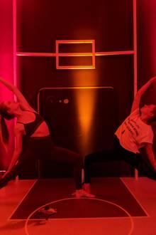 """Den""""Peaceful Warrior"""" macht Tabea in dem Kurs mit Ava Carstens (rechts) nicht selten. Er stretcht die Beine, die Arme und die Schultern, öffnet die Hüften und die Brust und zieht den Core in die Länge.  Bei der Session trägt Tabea übrigens ihr neues Lieblings-Set von Lululemon, das sie bereits in Woche 1 beim Ballett anhatte."""