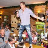 """2014 steigtJens ins Schlager-Geschäft ein, veröffentlichtdie Single """"Pleite aber sexy"""". Es folgenunter anderem """"Arme Sau"""" (2015) und """"Hau ab, Du bist kein Alkohol"""" (2017). Am Ballermann tritt er mit seiner Musik im """"Megapark"""" auf; in Paguera in """"Krümels Stadl"""". Fans nennen ihn liebevoll """"Malle Jens""""."""