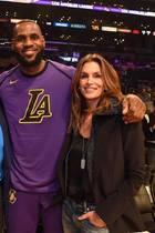 Gegen den Basketballspieler LeBron James sehen selbst Arnold Schwarzenegger (188cm) und das Topmodel Cindy Crawford (175cm) klein aus. Ganze 2,03 Meter ist der Sportler groß.