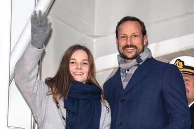 """17. November 2018  Prinzessin Ingrid Alexandra und Prinz Haakon winken fröhlich vonBord des neuen Forschungsschiffs""""Kronprins Haakon"""" in Tromsø."""
