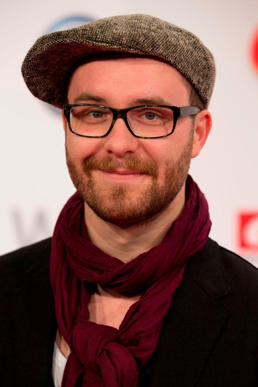2012  Mark Forster bringt seine erste Single samt Album heraus. Schon damals sind Hüte sein Markenzeichen. Ohne hat man ihn noch nie gesehen.