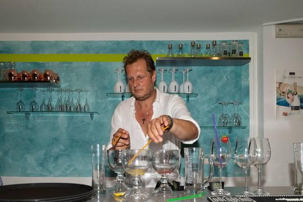 Jens Büchner beim Cocktail Mixen