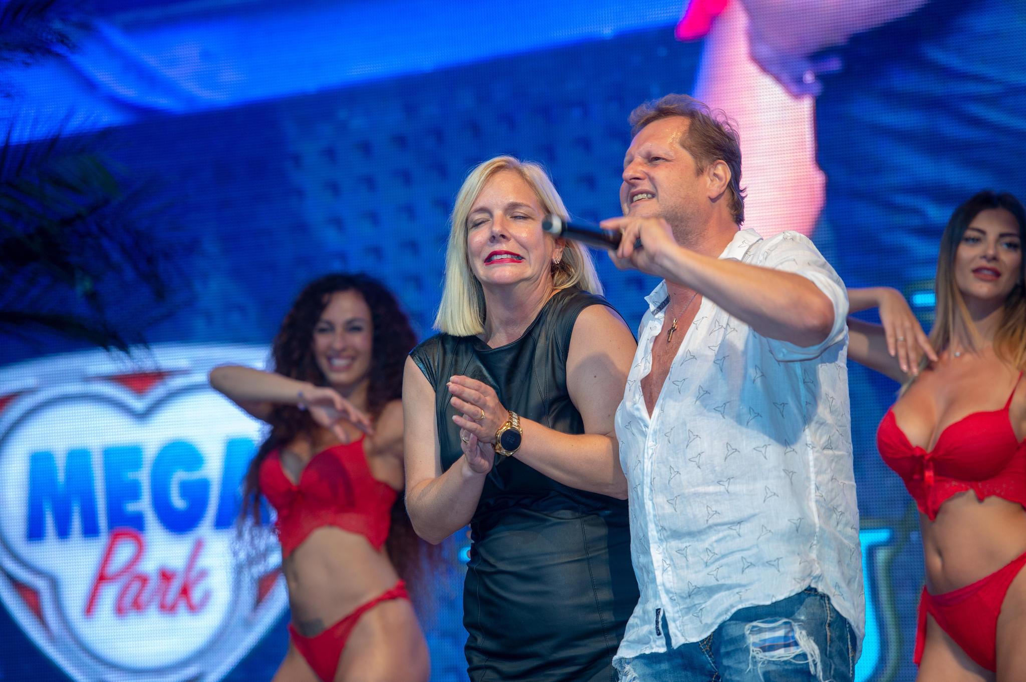 Während einer Show scheint Jens neben der Spur. Auch Ehefrau Daniela, die er auf die Bühne gebeten hat, scheint das zu spüren